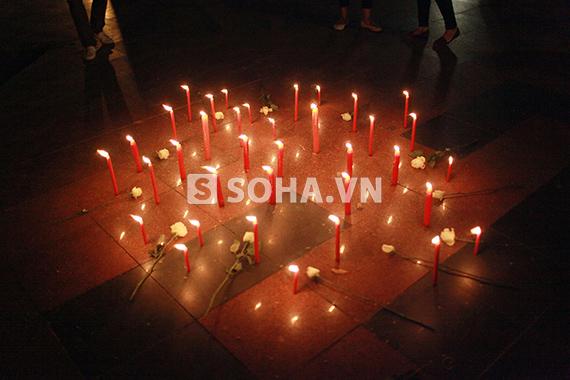 Giới trẻ nửa đêm đốt nến tưởng niệm Đại tướng Võ Nguyên Giáp