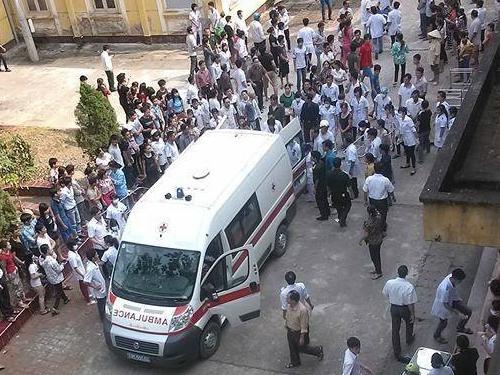 Rất nhiều xe cứu thương đã được huy động (Ảnh: Báo Phú Thọ)