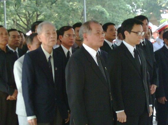 Bộ trưởng - Chủ nhiệm Văn phòng Chính phủ Vũ Đức Đam dẫn đầu đoàn Văn phòng Chính phủ vào viếng Đại tướng Võ Nguyên Giáp. Ảnh: Tuấn Nam.