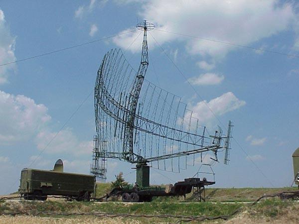 Radar trinh sát tầm xa 2 tham số P-14, radar này có phạm vi trinh sát tới 400km, tầm cao 33km.