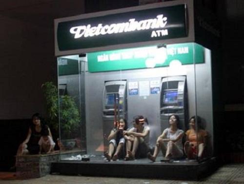 Khi cả phố mất điện thì cây ATM đúng là thiên đường
