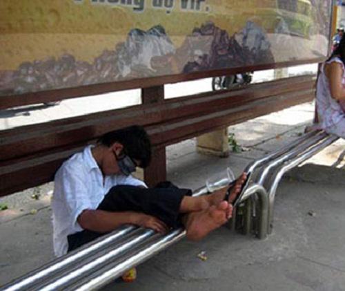 Ngủ ngoài bến xe buýt có khi mát hơn ở nhà