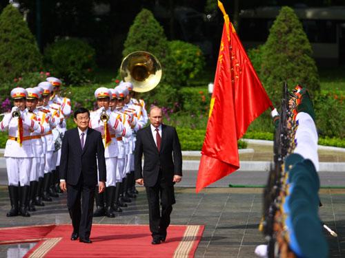 Tổng thống Nga Putin và Chủ tịch nước Việt Nam Trương Tấn Sang tại lễ đón chính thức Tổng thống Putin.