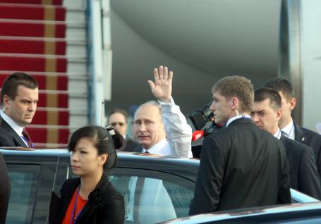 Ông Putin vẫy tay chào báo giới trước khi bước lên xe, bắt đầu chuyến thăm chính thức Việt Nam một ngày.