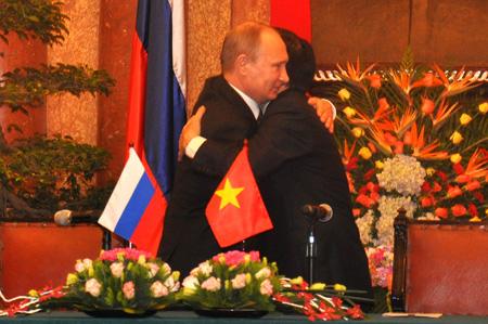 Tổng thống Putin và Chủ tịch nước Trương Tấn Sang bày tỏ tình hữu nghị thắm thiết giữa trước phiên hội đàm.