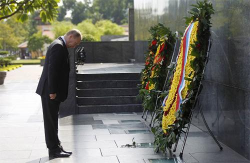 Tổng thống Putin đặt vòng hoa trước lăng Chủ tịch Hồ Chí Minh.
