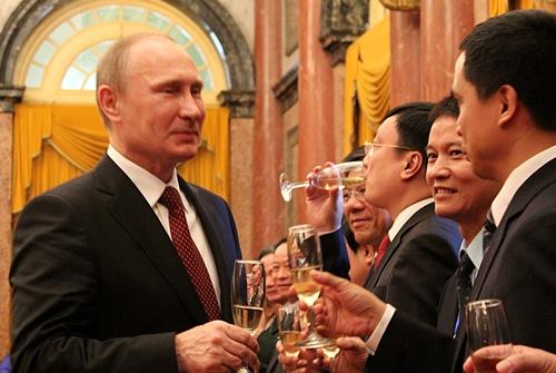 Tổng thống Putin nâng cốc chúc mừng sau khi chứng kiến lễ ký kết các văn kiện tại Phủ Chủ tịch.