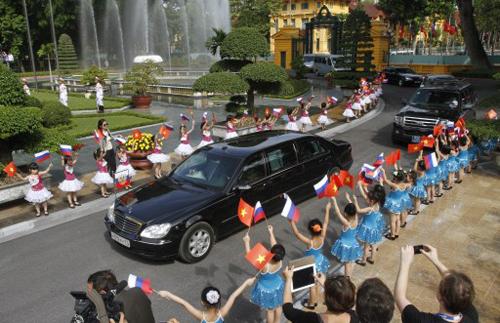 Đoàn xe chở Tổng thống Putin và các quan khách Nga tiến vào Phủ chủ tịch ở Hà Nội.