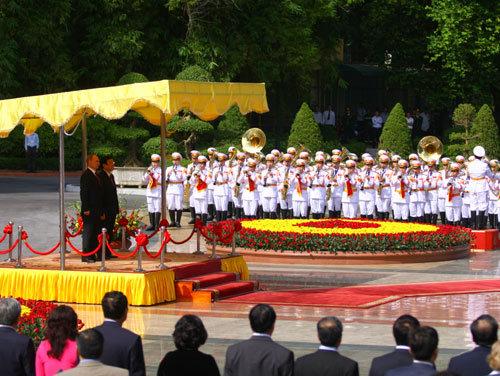 Lễ chào cờ diễn ra trong lễ đón chính thức Tổng thống Liên bang Nga V.Putin.