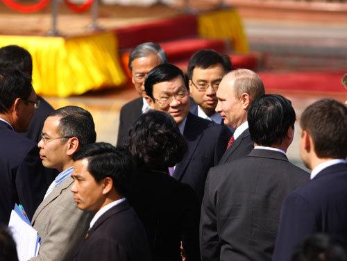 Chủ tịch nước Trương Tân Sang giới thiệu ông Putin với các thành viên đoàn Việt Nam.