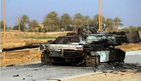 Một chiếc xe tăng M1A1 của Mỹ bị thiêu rụi trong chiến tranh Iraq năm 2003