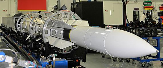 Tên lửa SM-6 được sản xuất bởi Raytheon.