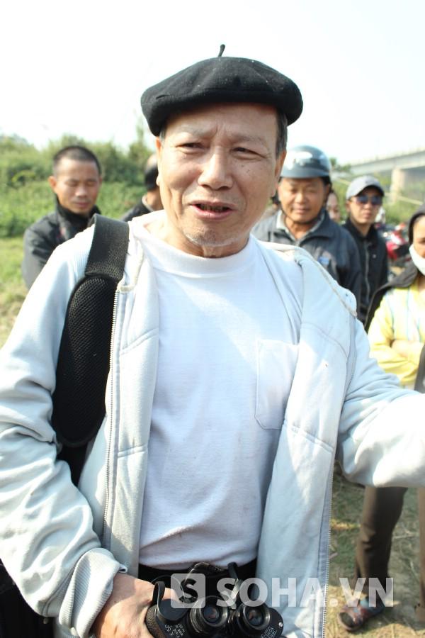 TSKH Phan Văn Quýnh - nguyên giảng viên ĐH Khoa học Tự nhiên có mặt tại khu vực cầu Thanh Trì sáng nay.