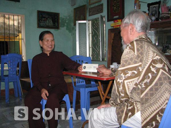 Cụ bà Đặng Thị Trần Sinh nở nụ cười hiền hậu khi đón nhận tấm phiếu