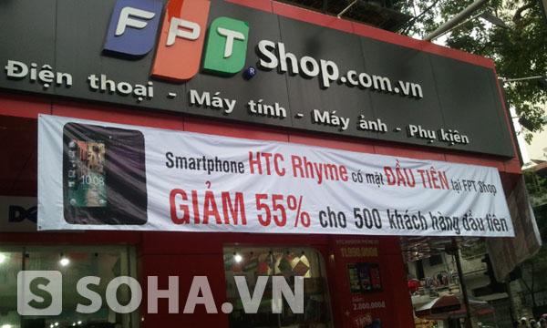 Banner quảng cáo khuyến mãi giảm giá 55% cho 500 khách hàng đầu tiên đặt cọc mua HTC Rhyme Plum của FPT Shop.