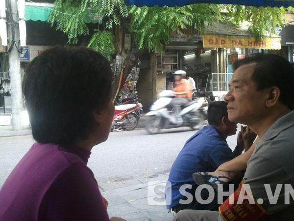 Bà Oanh, Tổ trưởng tổ dân phố 29 Hàng Thiếc (áo tím).