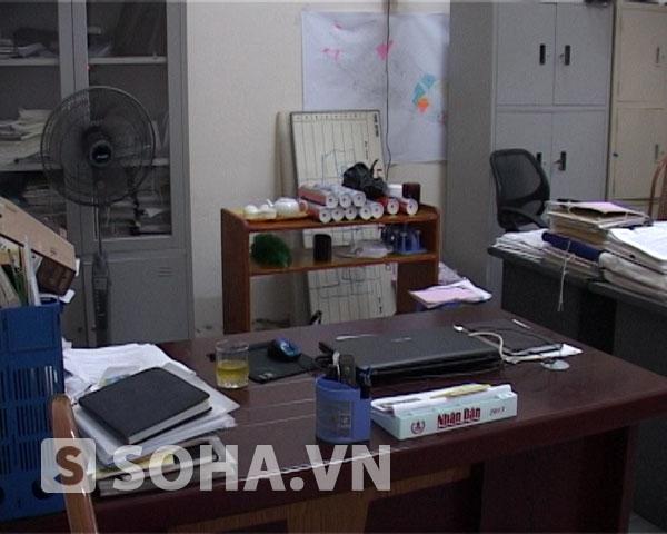 Bàn làm việc của ông Vũ Quốc Dũng, nguyên Phó giám đốc Trung tâm phát triển quỹ đất thành phố Thái Bình vẫn còn nguyên si các đồ vật sau vụ xả súng kinh hoàng.