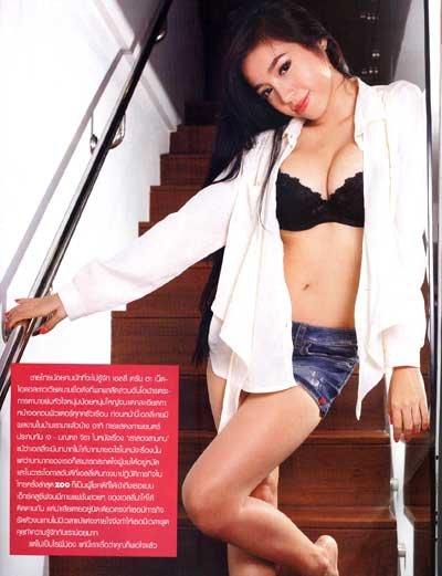 Elly Trần quá táo bạo và quyến rũ trong chiếc áo sơ mi trắng khoác hờ, phanh cúc, để hở khoảng ngực