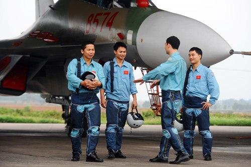 Các phi công Trung đoàn 923 chia sẻ kinh nghiệm sau buổi bay an toàn