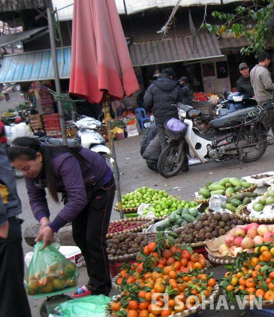 Các chợ đầu mối xung quanh khu vực cửa khẩu tập trung rất nhiều cửu vạn.
