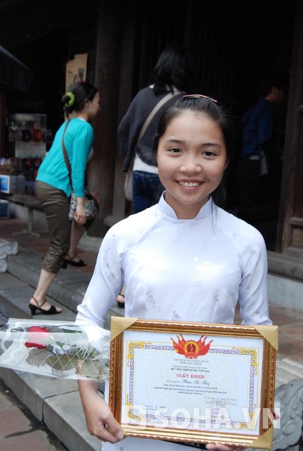 Còn cô bạn Phạm Thị Thùy bật mí rằng hãy biến tài liệu sách giáo khoa thành tài liệu của mình.