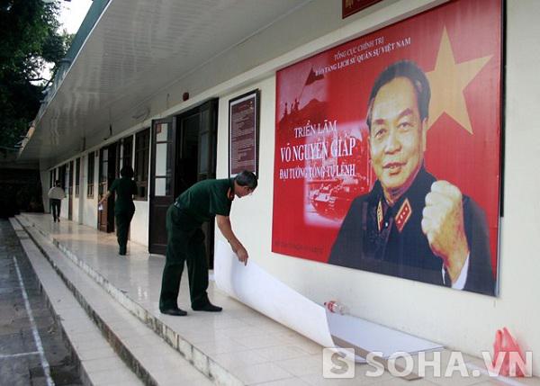 Tấm chân dung Đại tướng in khổ lớn được treo ngay trước cửa triển lãm