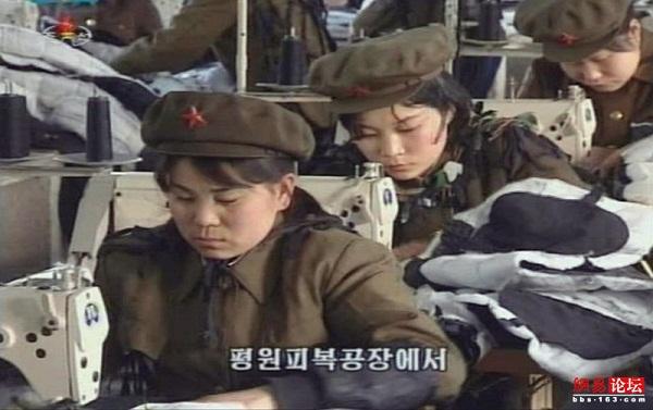Rất nhiều các công nhân tại các xí nghiệp, công xưởng, hợp tác xã trên khắp Triều Tiên cũng mặc quân phục Hồng vệ binh, thể hiện tinh thần sẵn sàng chiến đấu.