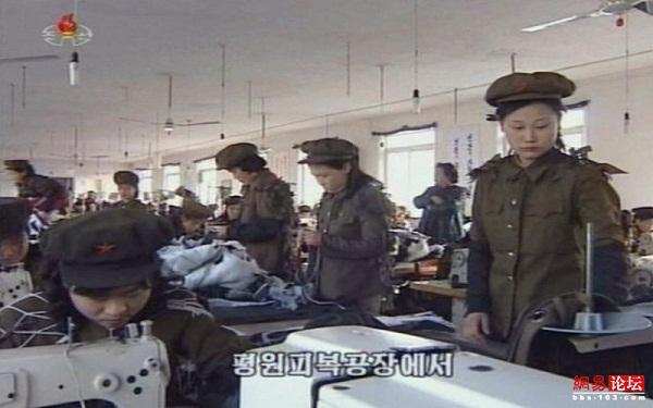 Truyền thông Triều Tiên hôm 6/4 đã phát đi hình ảnh những công nhân may mặc xưởng may Pyongan số 6 mặc trang phục Hồng vệ binh Công nông trong khi làm việc.
