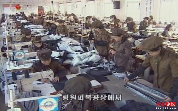 Một số lao động người Hàn Quốc trở về từ khu công nghiệp chung Kaesong cho biết công nhân Triều Tiên ở đây cũng bắt đầu mặc quân phục và thái độ trở nên lạnh lùng hơn.