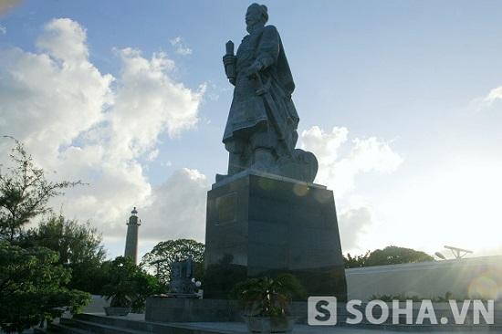 Tượng đài Trần Hưng Đạo trên đảo Song Tử Tây. Ảnh: Trọng Thiết