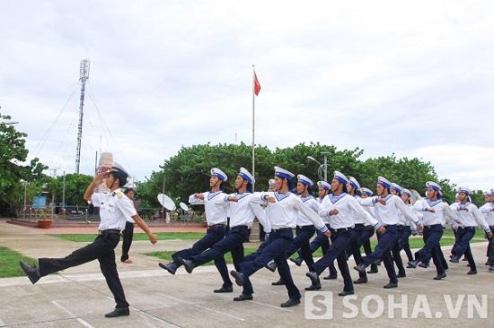 Diễu duyệt đội ngũ ở đảo Trường Sa. Ảnh: Trọng Thiết