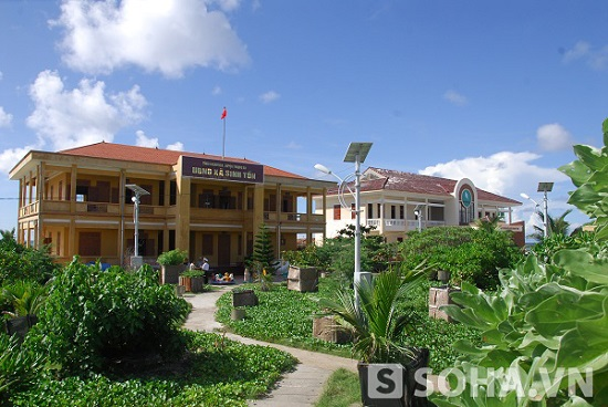 Trụ sở Ủy ban nhân dân và nhà văn hóa trên đảo Sinh Tồn. Ảnh: Trọng Thiết