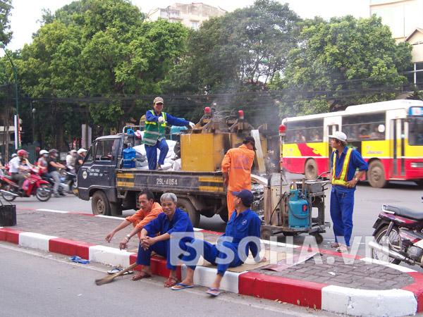 Tại ngã tư đường Trần Hưng Đạo, các công nhân đang gấp rút việc sơn kẻ lại đường
