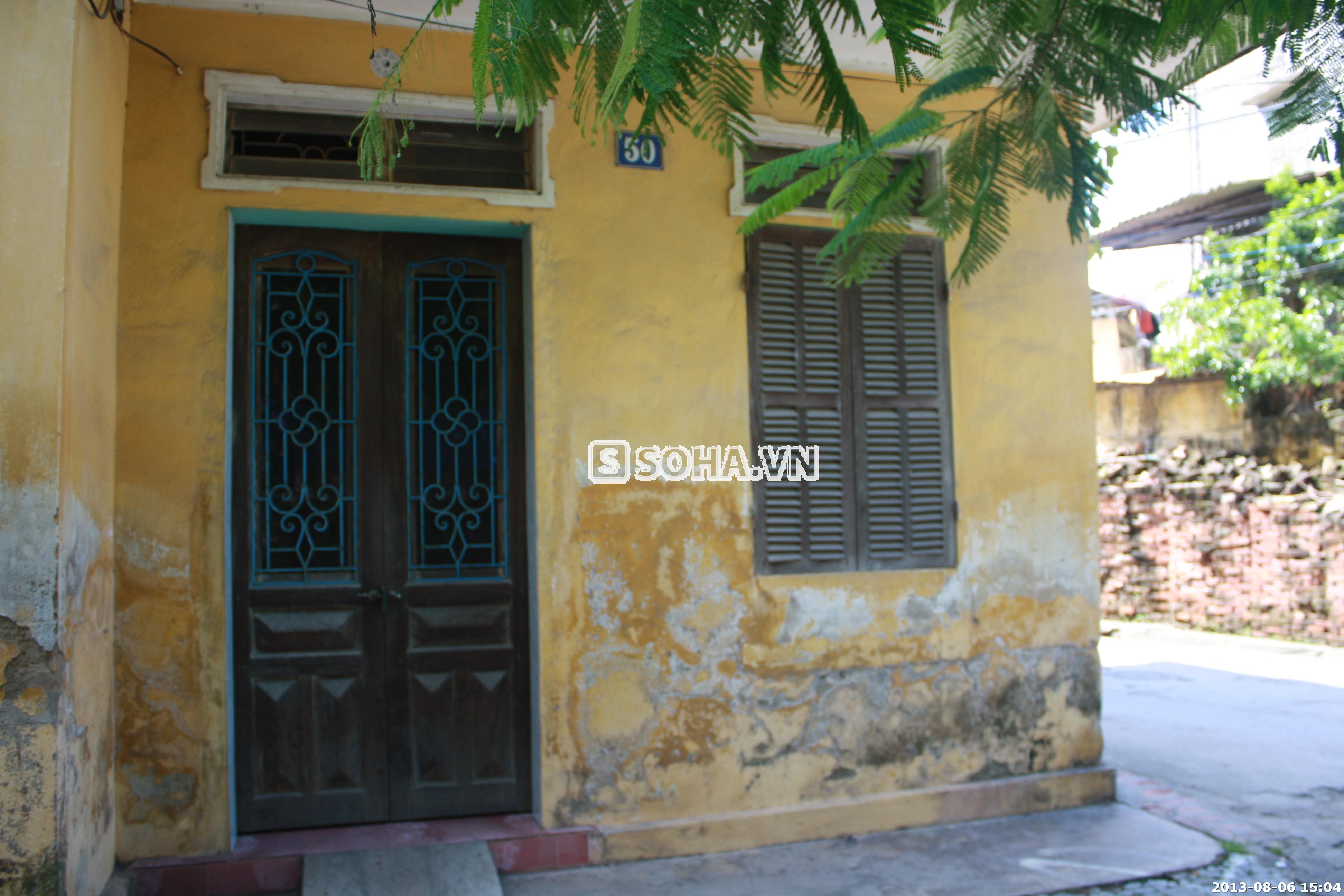 Căn nhà cũ kỹ luôn trong tình trạng cửa đóng then cài vì cha mẹ Tùng Lâm đi làm đến tối mới về.