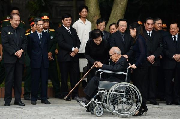 Giáo sư Vũ Khiêu (Viện trưởng đầu tiên của Viện Xã hội học Việt Nam) ngồi trên xe lăn đến tham dự Lễ viếng Đại tướng Võ Nguyên Giáp. Ảnh: Ảnh: Tri thức.