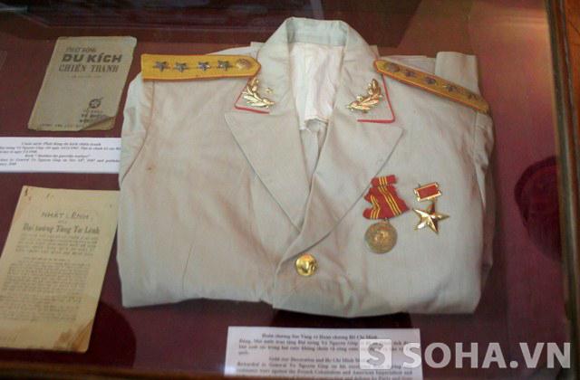 Huân chương Sao Vàng và Huân chương Hồ Chí Minh Đảng, Nhà nước trao tặng Đại tướng Võ Nguyên Giáp vì đã có thành tích đặc biệt xuất sắc trong hai cuộc kháng chiến và công cuộc xây dựng và bảo vệ Tổ quốc.
