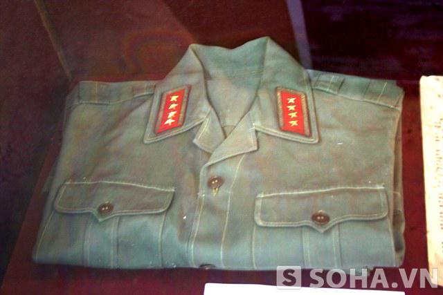 Bộ quân phục Đại tướng Võ Nguyên Giáp đã sử dụng khi làm việc tại Bộ Quốc phòng, thăm các địa phương và đơn vị. Đặc biệt, Đại tướng đã mặc trong những ngày theo dõi chiến dịch Hồ Chí Minh năm 1975.