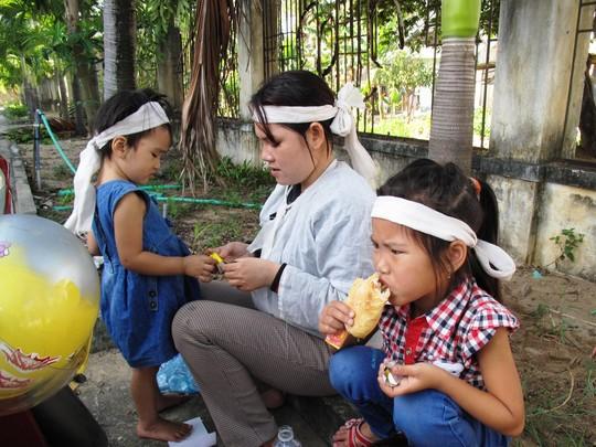Chị Trần Thị Tâm lo bữa ăn sáng cho 2 con trước sân tòa