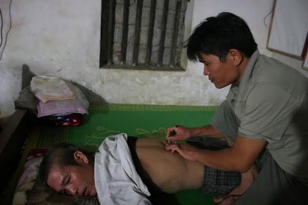 Người chữa khỏi nhiều bệnh hiểm bằng bấm huyệt và uống thuốc Nam