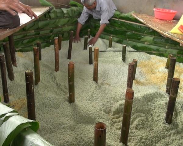 """Chiếc bánh chưng """"khủng"""" vừa hoàn thiện ở ngôi đền cổ nhất VN"""