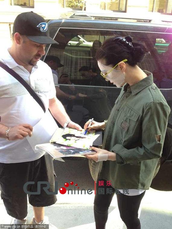 Cô để nguyên mặt nạ ra đường và ký tên cho người hâm mộ.