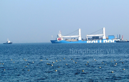 Có 4 chiếc tàu lai dắt quanh tàu Rolldock