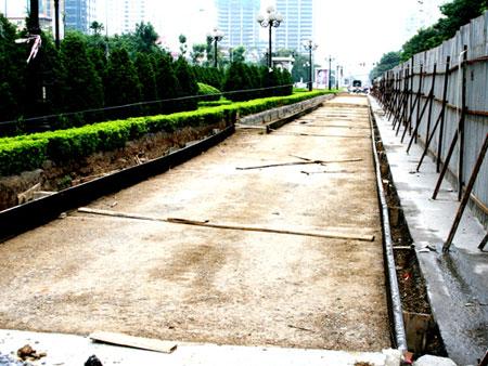 Từng mảng đường nhựa còn mới tinh bị bóc lên để thay thế đường bê tông.