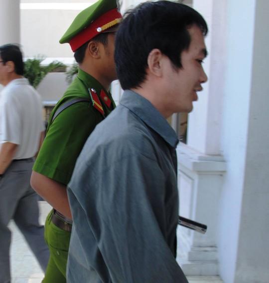 Bị cáo Nguyễn Thân Thảo Thành bị dẫn giải đến tòa