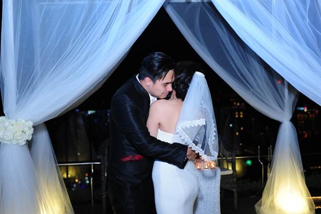 Hot boy Baggio quỳ gối trao nhẫn cưới cho vợ