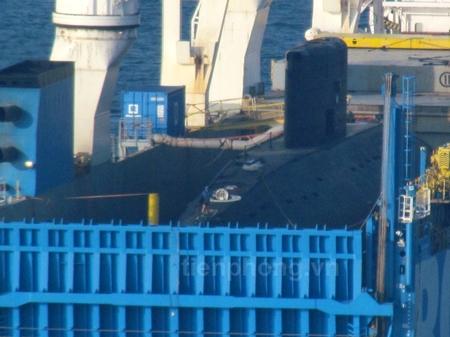 Từ chiều ngày 2/1, mọi công tác chuẩn bị để đưa tàu ngầm Hà Nội xuống nước đã được hoàn tất. Mọi kiện hàng, phụ kiện phía trên tàu ngầm Hà Nội đã được tháo gỡ, di chuyển