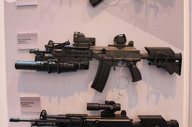Hay thậm chí có thể gắn thêm súng phóng lựu kẹp nòng tương tự như tên Tar-21 của hải quân đánh bộ (Trong ảnh là phiên bản Galil ACE 22