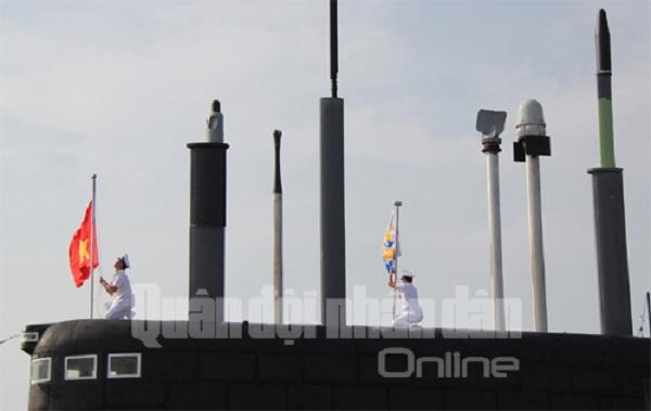 Trung tá Nguyễn Văn Quán, Thuyền trưởng và trung tá Phạm Quang Hoan, Chính trị viên Tàu ngầm HQ-182 Hà Nội kéo cờ trên đài chỉ huy tàu.