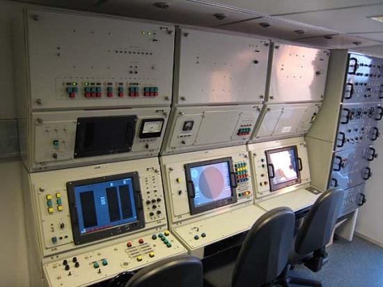 Buồng điều khiển hiện đại bên trong xe điều khiển UNK-2TM