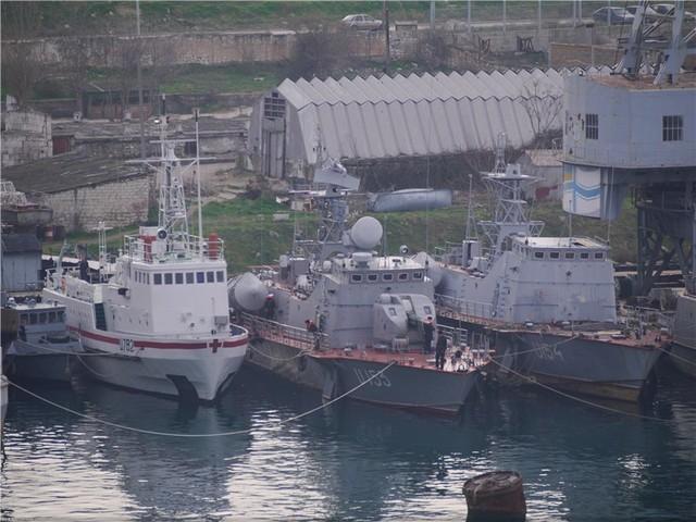 Tàu chiến của Hải quân Ukraine tại cảng Sevastopol đang bị tàu chiến Nga vây chặt